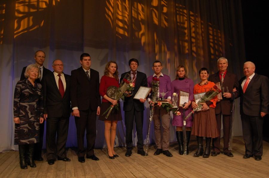 """Konkurso """"Metų ūkis 2013"""" nugalėtojai ir prizininkai su konkurso organizatoriais."""