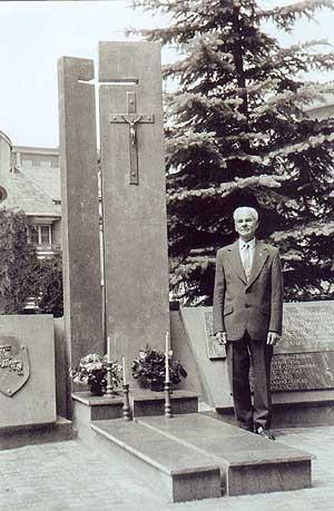 P. Buzas prie paminklo partizanams Birštone 1992 metais