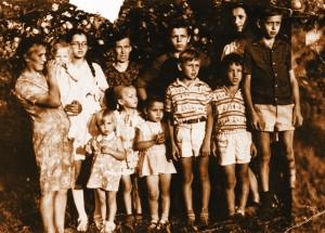 Vaikai su mama Onute, močiute Onute, trūksta tėčio ir brolio Algio, 1975 metai. Rimantas pirmoje eilėje antras iš dešinės.