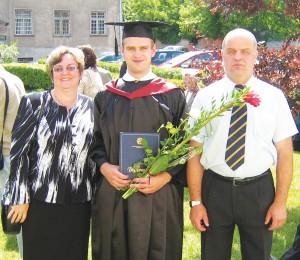 Artūras, jau mokslų daktaras, su tėvais Nijole ir Vidu Petraškais.