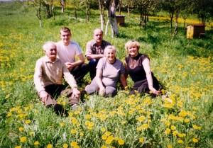 Artūras Petraška su tėvais ir seneliais.