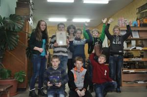 Išlaužo mokytoja, mokyklos muziejaus vedėja Lina Knašienė su mokiniais.