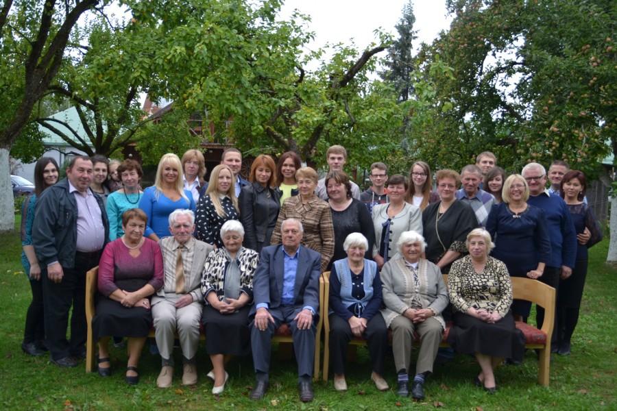 Pirmoje eilėje susėdo vyriausieji - Ona Juozaitytė, Stasys Laukaitis, Salomėja Laukaitytė, Pranas Statkevičius, Ona, Anastazija ir Marija Statkevičiūtės.
