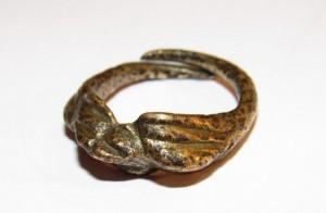 Išlaužo pagrindinės mokyklos muziejuje saugomas žalvarinis žiedas datuojamas XIII - XIV a.