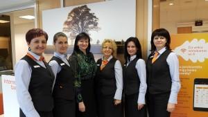 """""""Swedbank"""" Prienų klientų aptarnavimo centro kolektyvas visada pasirengęs padėti klientams."""