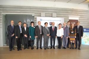 Japonijos ambasados darbuotojai su savivaldybės vadovais ir specialistais.