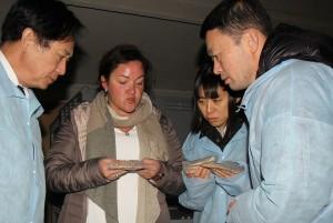 """Japonų delegacija įmonėje """"Ekofrisa"""". Su veikla juos supažindina direktorė Lina Padvaiskienė."""