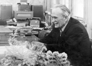 """B. Karvelis 1981 m. per savo 70-metį. Paklaustas, kodėl taip gudriai šypsosi, atsakė: """"Aš tai sulaukiau septyniasdešimties, o jūs nežinia, ar sulauksite..."""""""