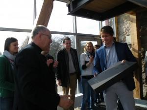 """""""Creditinfo"""" projektų vadovas Andrius Bogdanovičius sertifikatą įteikė bendrovės direktoriaus pavaduotojui Kęstui Stankevičiui."""