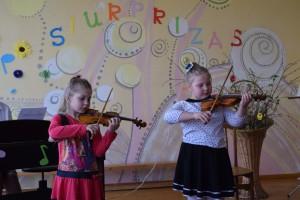 Mažosios smuikininkės Ieva Kimbirauskaitė ir Živilė Bieliauskaitė