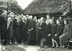 Birštono bibliotekos aktyvo ekskursija į Anykščius ir susitikimas su rašytoju Antanu Vienuoliu 1954 metais.