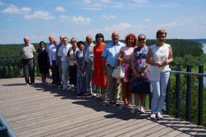 Prienų rajono savivaldybės delegacija pakeliui į Balbieriškį sustojo pasigrožėti vaizdais, atsiveriančiais nuo atodangos apžvalgos aikštelės.