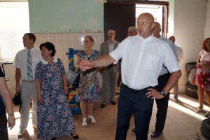 """UAB """"Vyteksta"""" savininkas Vytenis Šaučiūnas aprodė didžiulėje teritorijoje įsikūrusią įmonę."""