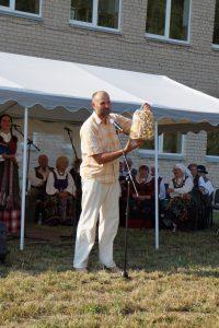 Bendruomenės pirmininko Vaido Kupsto rankose – Prienų rajono savivaldybės administracijos dovana – šakotis.