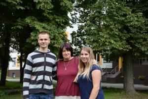 Būsimi studentai Delianas Palinauskas ir Inga Milišauskaitė su Jiezno globos namų direktore Jūrate Žukauskiene.