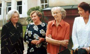 Mokytojos Janina Zabulionytė, Anarsija Adamonienė, Stasė Bieliūnienė ir Bajerkevičienė 2005 m.  per 1965 m. laidos susitikimą.