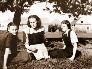 1955 m. su moksleivėmis.