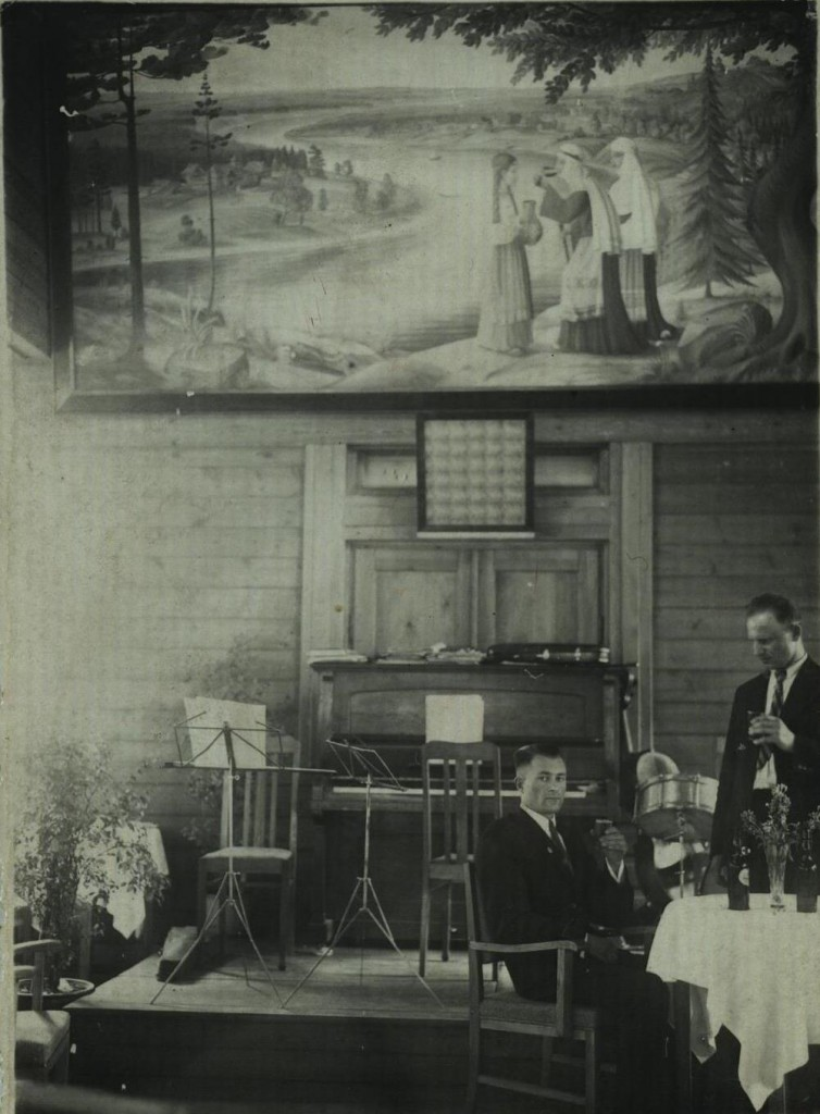 """Birštono kurhauze 1935 m. Matosi Kazio Šimonio pano, už svečių stalo sėdi Kazimieras Kamarauskas. Zitos Kamarauskaitės, """"šakninės"""" birštoniškės  (Birštone gyveno jos tėvai, senosiose kurorto kapinėse palaidoti seneliai)  asmeninio archyvo nuotrauka."""