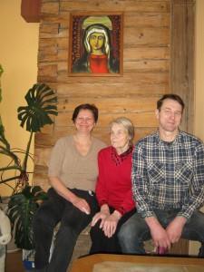 Onutė Valatkienė - tarp marčios Renatos ir sūnaus Edmundo ant skrynios, kurioje saugomos šeimos relikvijos.