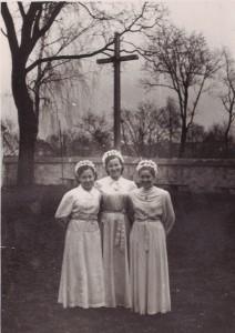 Onutė Rutkauskienė (pirma iš dešinės) po Velyknakčio prie Prienų bažnyčios.